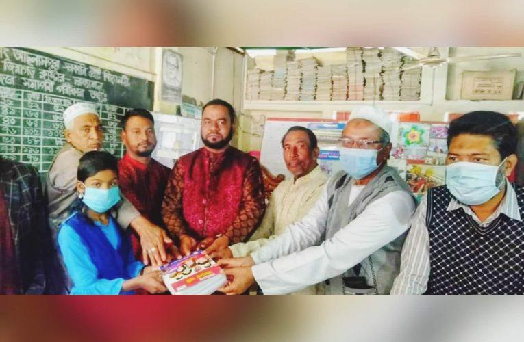 নতুন বই পেয়ে কোমলমতি শিক্ষার্থীদের উল্লাস