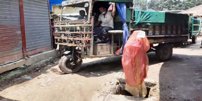 বগুড়ার শেরপুরের বারদুয়ারি হাটখোলা রোড এখন মরণফাঁদ, ঝুলছে লাল কাপড়