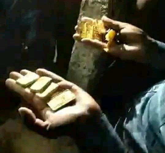 বিরামপুর সীমান্তে ৮ পিচ স্বর্ণের বারসহ আটক ১